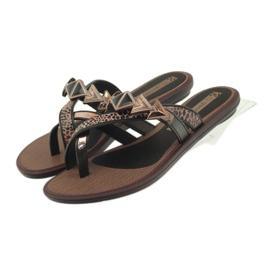 Ipanema marrón Chanclas de zapatos de mujer con piedras de Grendha.
