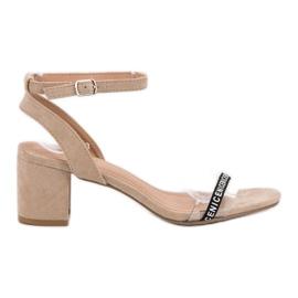 Ideal Shoes marrón Elegantes sandalias de gamuza
