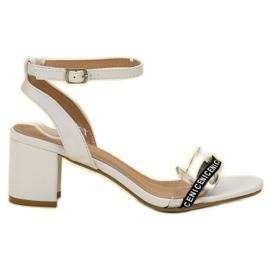 Ideal Shoes blanco Elegantes sandalias de gamuza