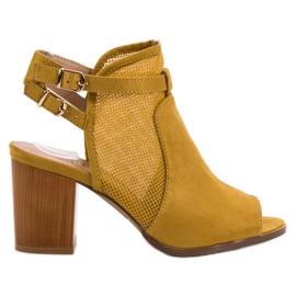 Evento amarillo Edificios con estilo con sandalias