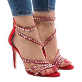 Sandalias rojas en un pin 9081-9 rojo