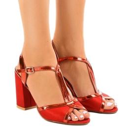 Sandalias rojas en el pilar de gamuza WED503 rojo