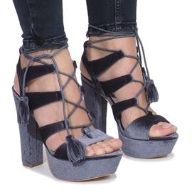 Sandalias grises en una publicación hecha de terciopelo One Love