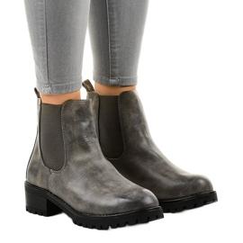 Botas grises en el poste con una banda elástica Z105